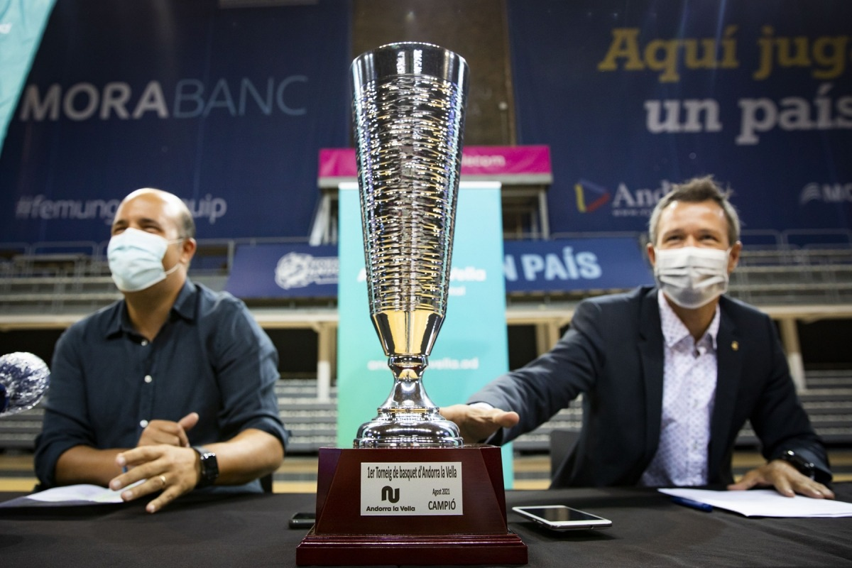 El president del BCA, Gorka Aixàs, i el cònsol menor de la capital, David Astrié, van presentar el primer Trofeu Andorra la Vella.