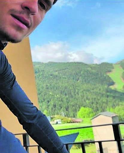 El britànic, al balcó del seu pis al Principat fent 'rodillo'. Foto: Instagram