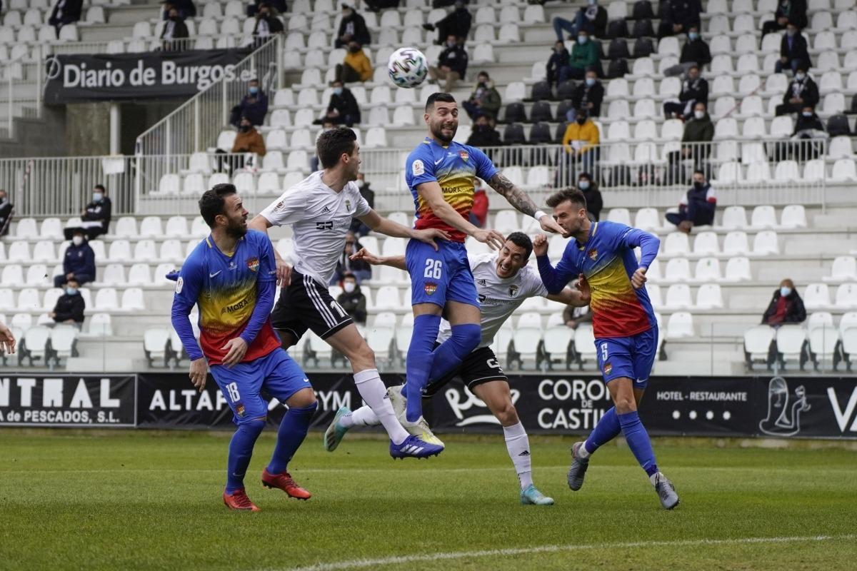 Àlex Pastor, de l'FCA, remata de cap, superant Álvaro i Aitor Córdoba, del Burgos.Foto: FC Andorra