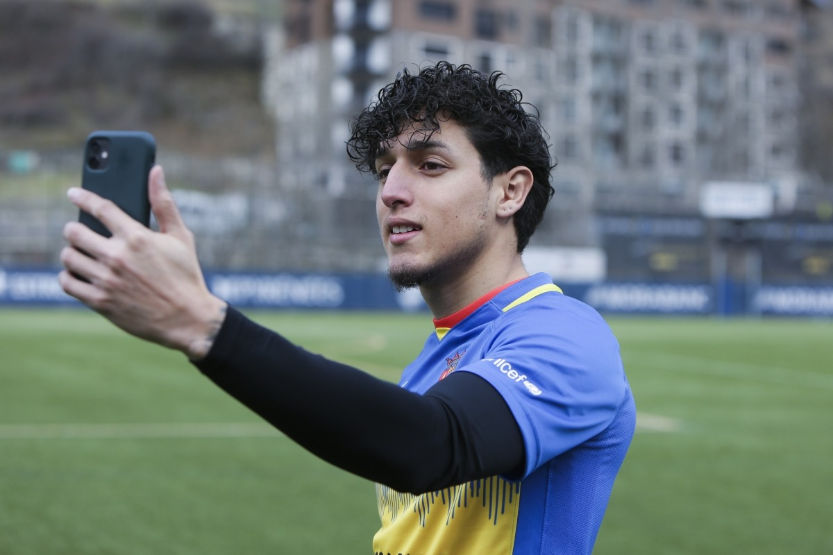 L'extrem equatorià Kike Saverio gravant un vídeo per a Instagram de l'FC Andorra. Foto: Facundo Santana