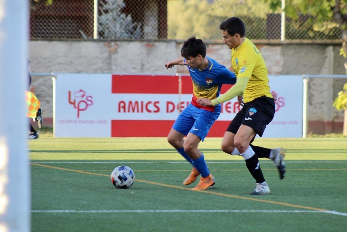 L'extrem de l'FC Andorra, Sergi Serrano, defensat per un jugador del Lleida Esportiu. Foto: Facebook FC Andorra