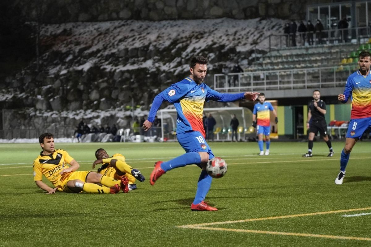 El davanter de l'FC Andorra, Víctor Casadesús, en el moment d'etzibar el potent xut que va suposar l'empat a 1 contra el Badalona. Foto: FC Andorra