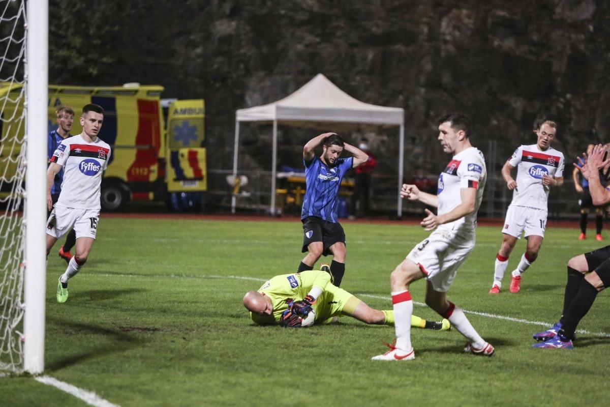 El migcampista de l'Inter Club d'Escaldes, Albert, es lamenta després de fallar l'última ocasió del partit, al minut 90 i que va aturar Rogers.
