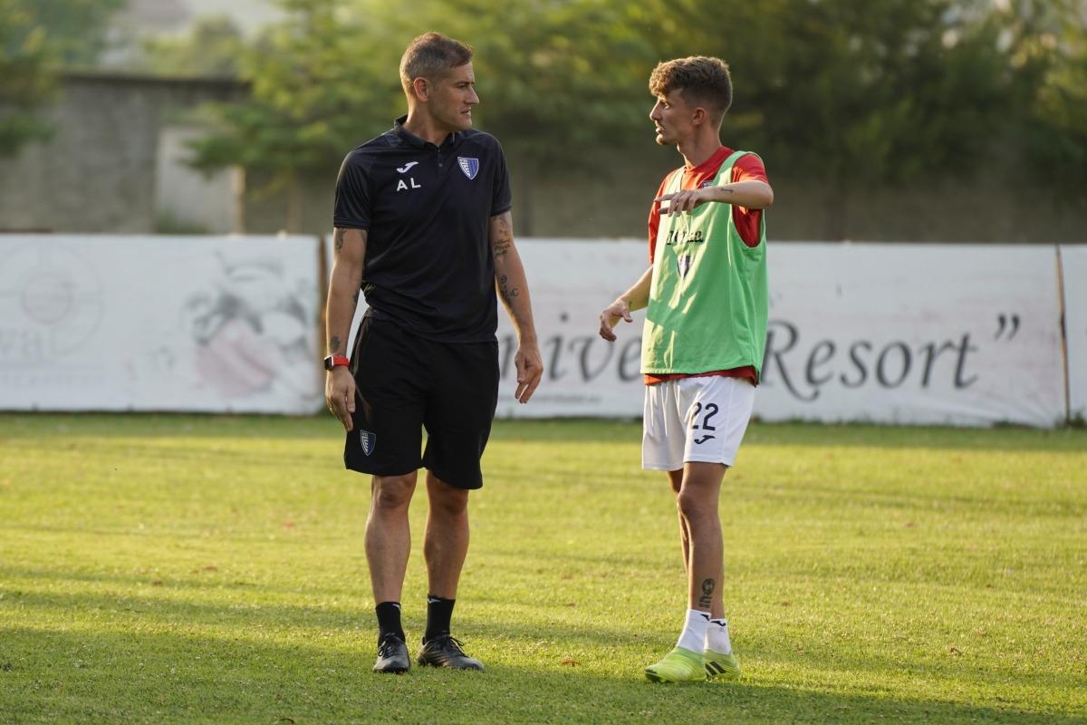 Albert Lopo xerra amb Joel Paredes. Foto: Interescaldes.com