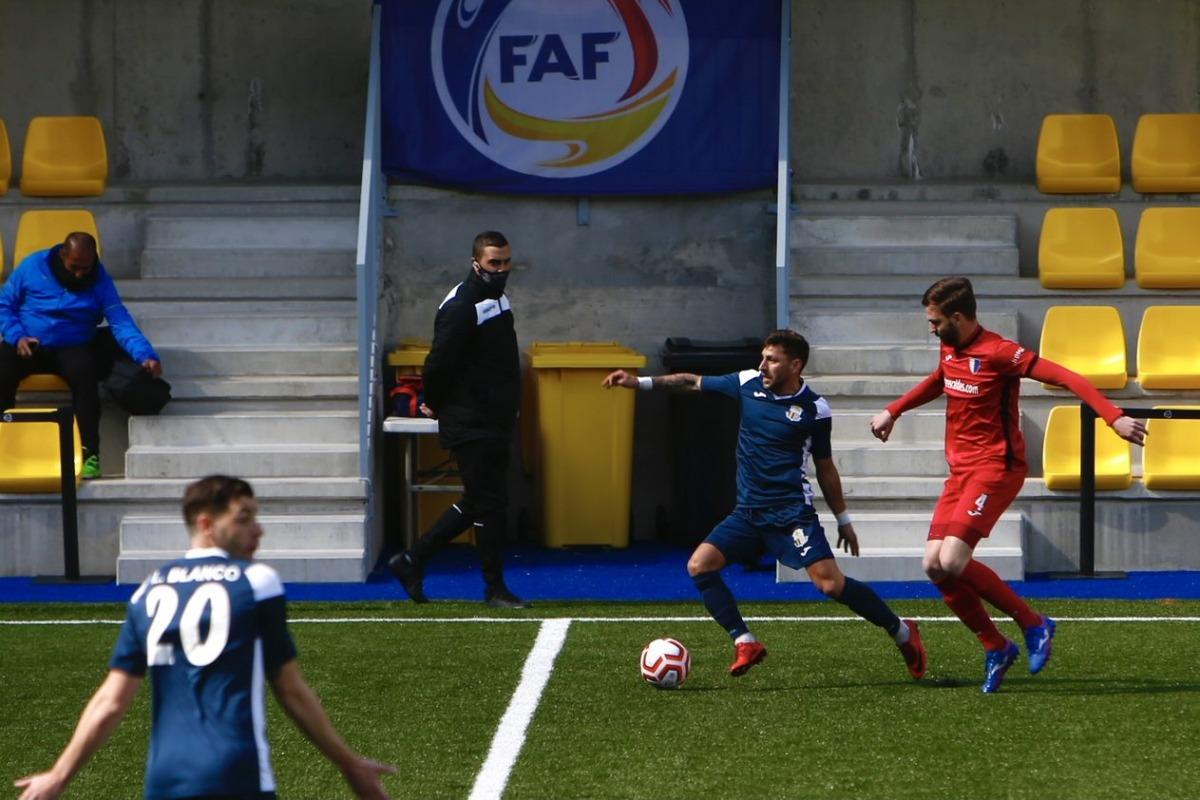 Chus Sosa, de l'FC Santa Coloma, defensat per Emili García, de l'Inter Escaldes. Foto: FAF
