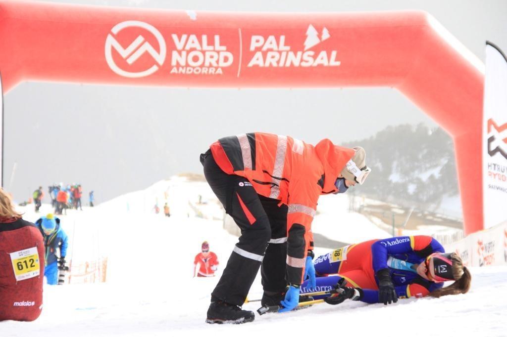 Laia Sebastià, totalment exhausta, en el moment de creuar la meta de la Vertical Race. Foto: FAM