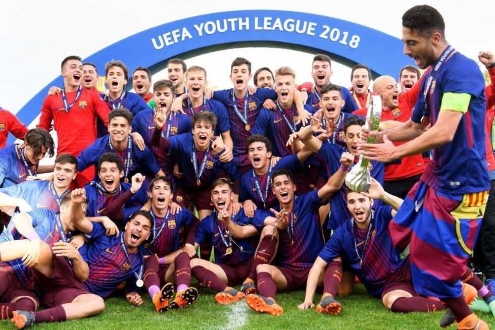 Martí Vilà, al costat de Riqui Puig i també a sota de la imatge, Óscar Mingueza, van ser campions de la Youth League. Foto: UEFA.COM