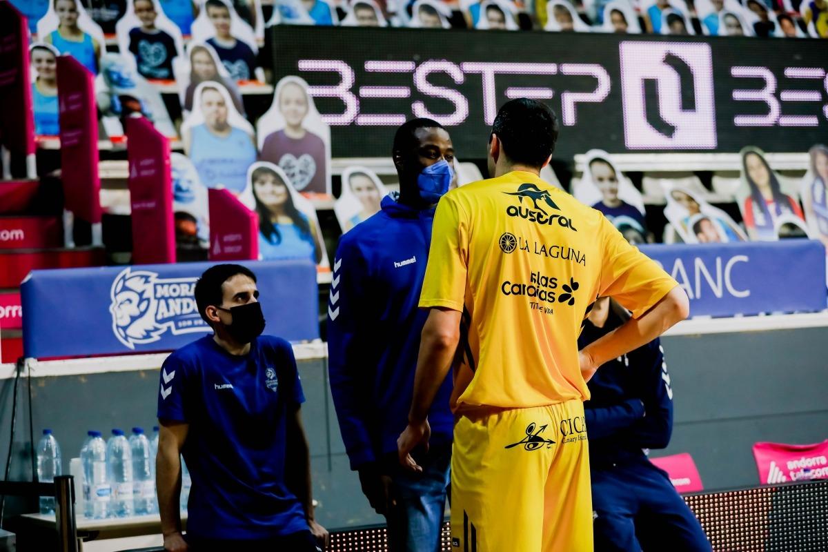 Moussa Diagne, en una imatge per desgràcia habitual, vestit de carrer al Poliesportiu. Foto: Martín Imatge