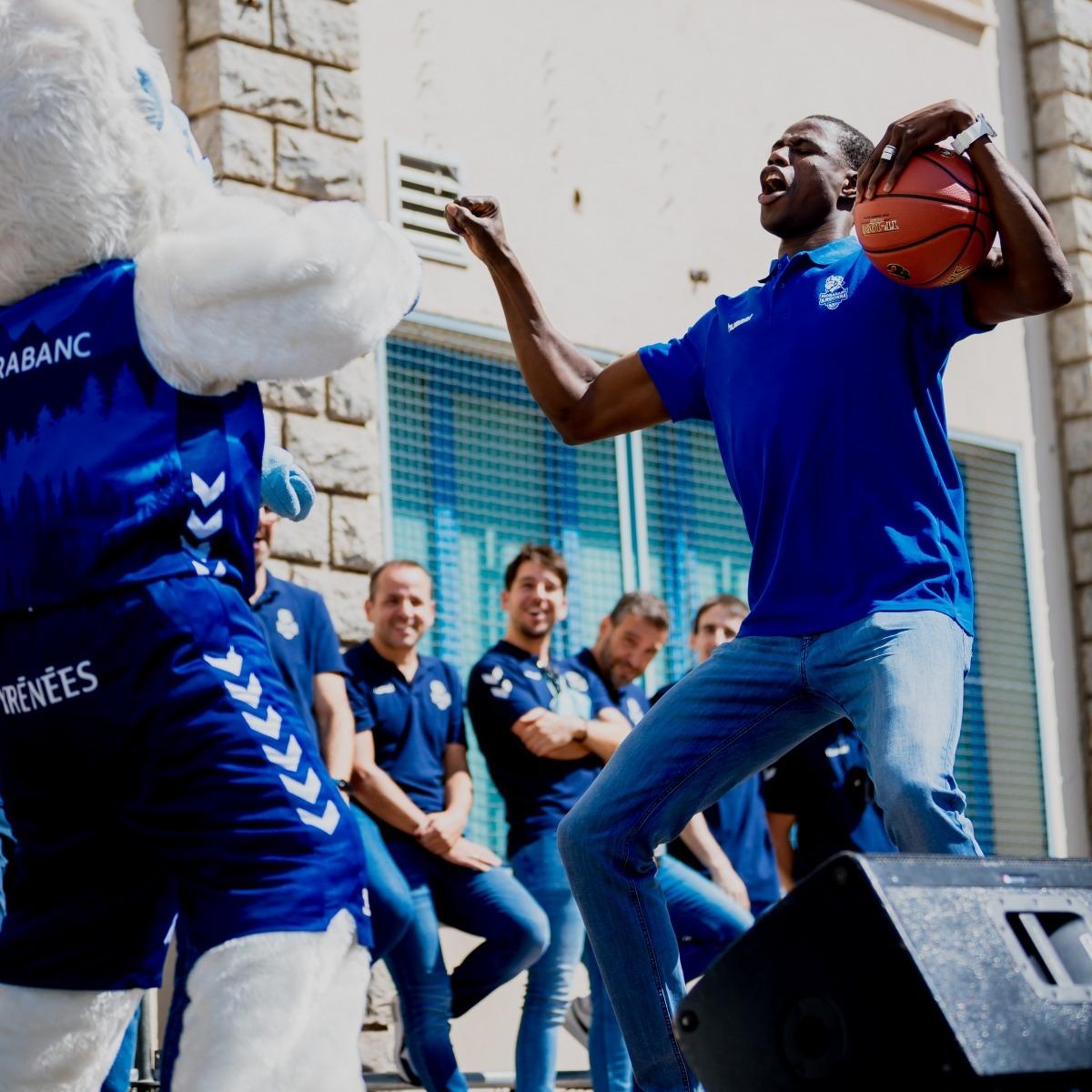 Moussa Diagne, que s'està recuperant d'una lesió al bessó, va ser l'ànima de la festa. Foto: BCA / Martín Imatge