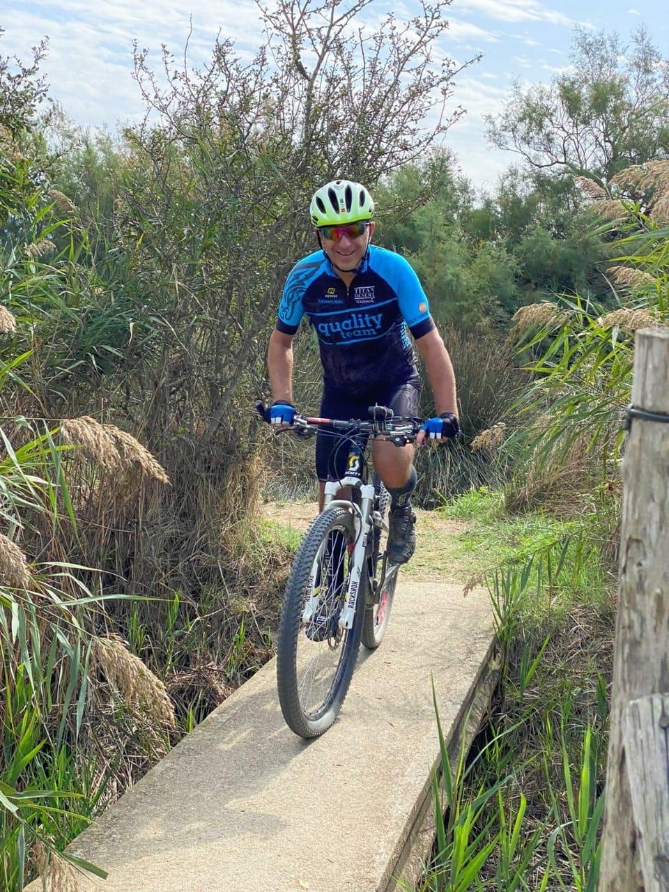 El 'biker' Ramon Aranda, entrenant per l'Alt Empordà, torna a somriure a sobre de la bicicleta. Foto: Foto cedida per Ramon Aranda