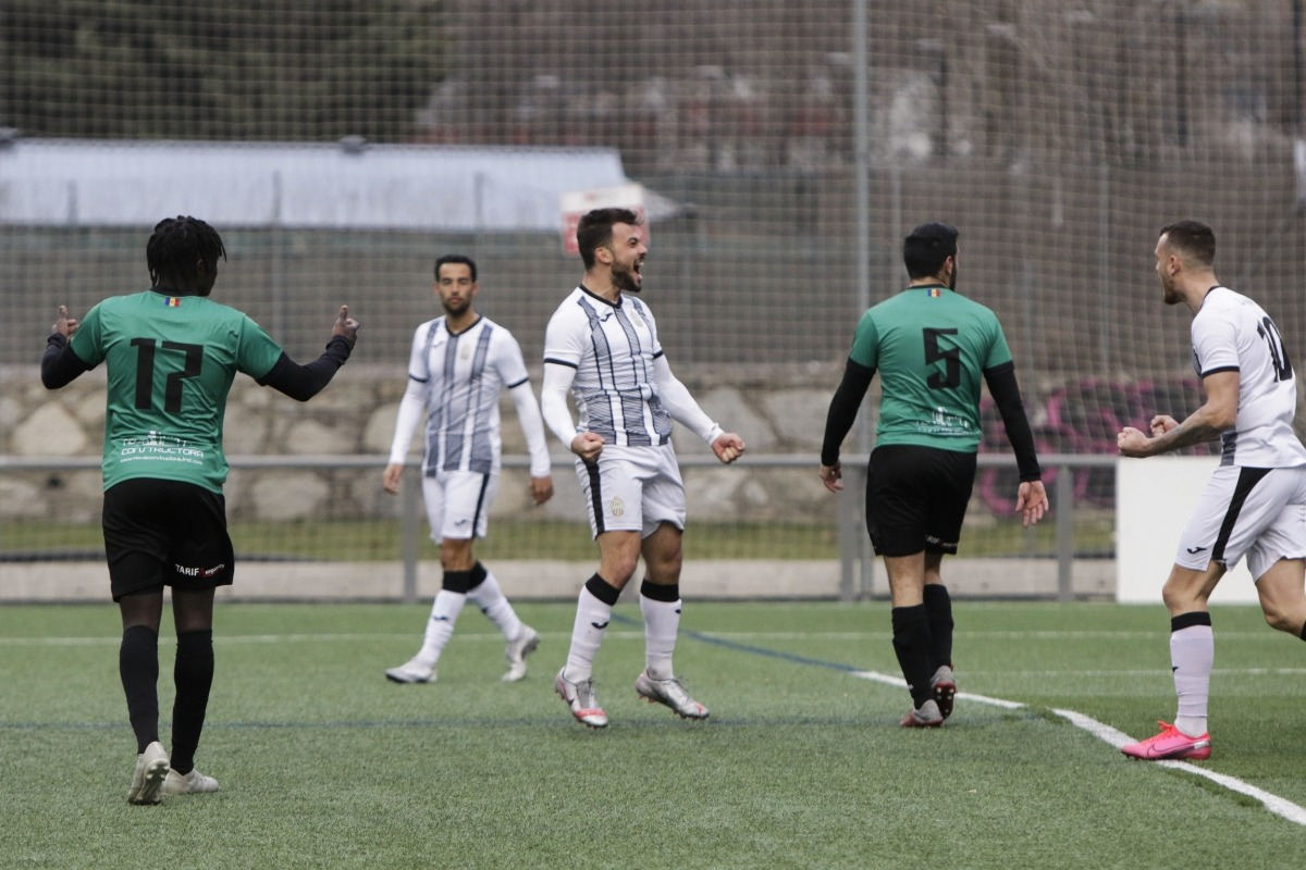 El golejador de la UE Engordany, Guillaume Lopez, celebra l'1 a 2. Foto: Facundo Santana