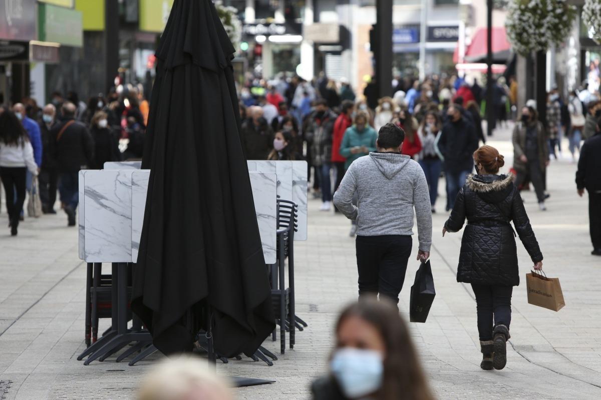 Gent caminant per les avingudes comercials.
