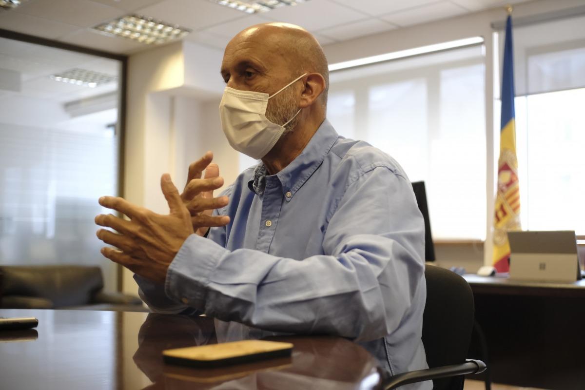 El ministre de Salut, Joan Martínez Benazet, ahir al seu despatx de Clara Rabassa.