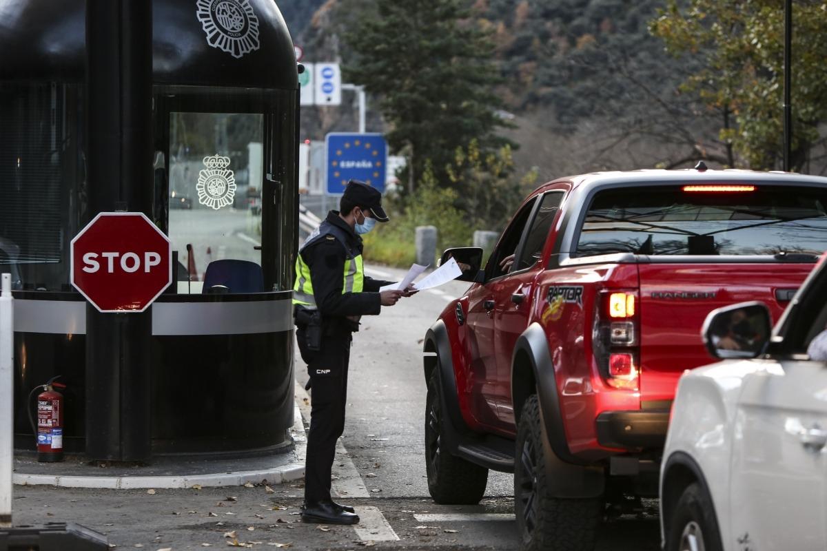 Els vehicles que avui han creuat la frontera han hagut de passar, encara, els controls pertinents de la policia espanyola.