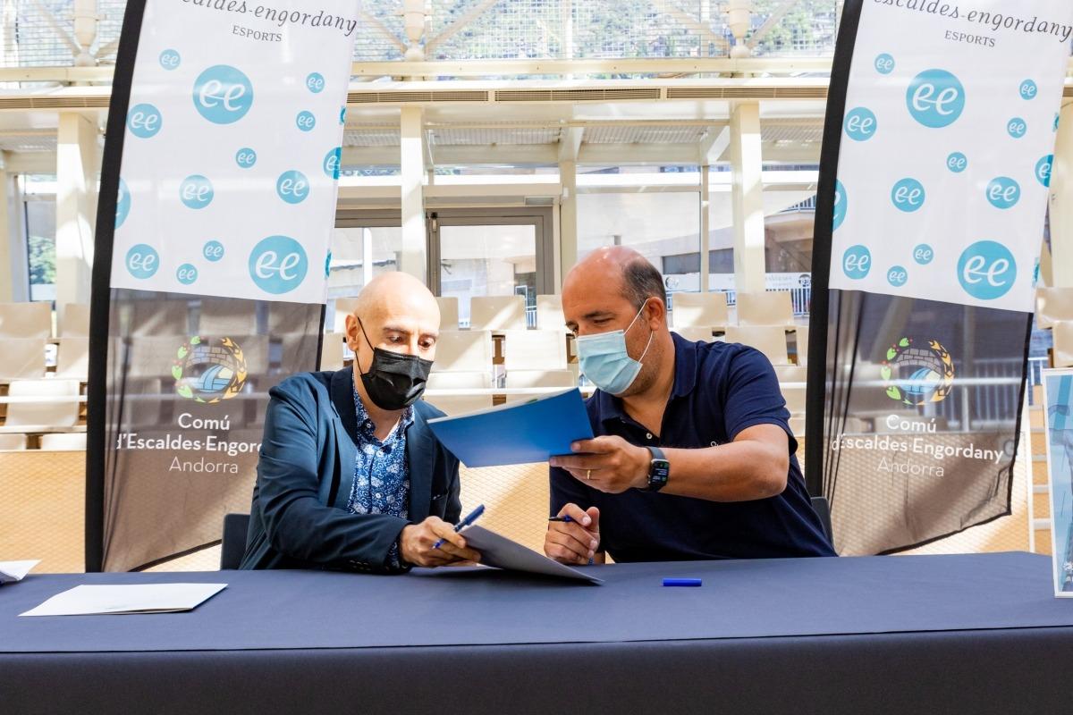 Quim Dolsa i Gorka Aixàs van signar la renovació del conveni de col·laboració entre el Comú d'Escaldes-Engordany i el MoraBanc.