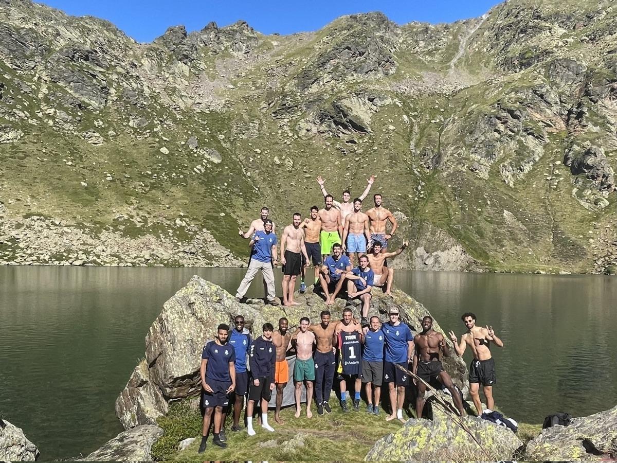 El cos tècnic i els jugadors del MoraBanc Andorra ahir en la sortida a Tristaina.