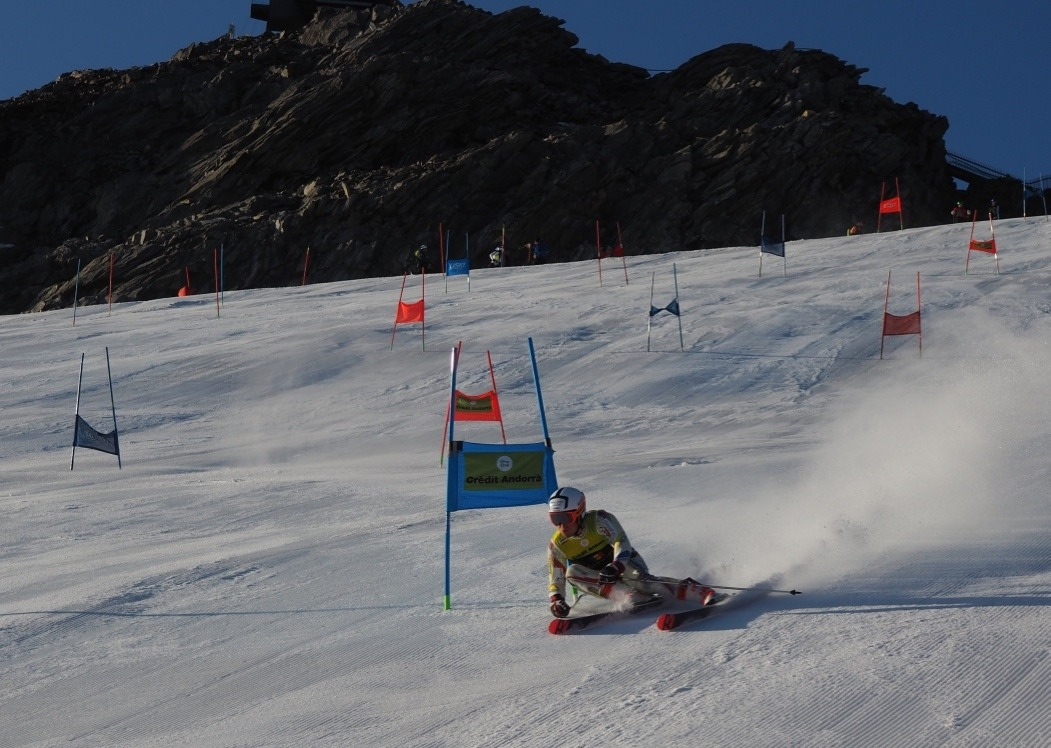 Bartumeu Gabriel esquiant a la glacera de Val Senales d'Itàlia. Foto: FAE