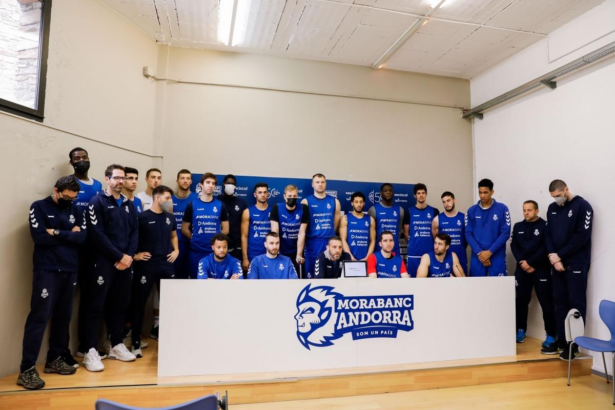 Ibon Navarro, el tècnic del BC MoraBanc, va llegir un manifest dirigit a la Lliga ACB al costat dels seus jugadors i la resta del cos tècnic. Foto: Martín Imatge