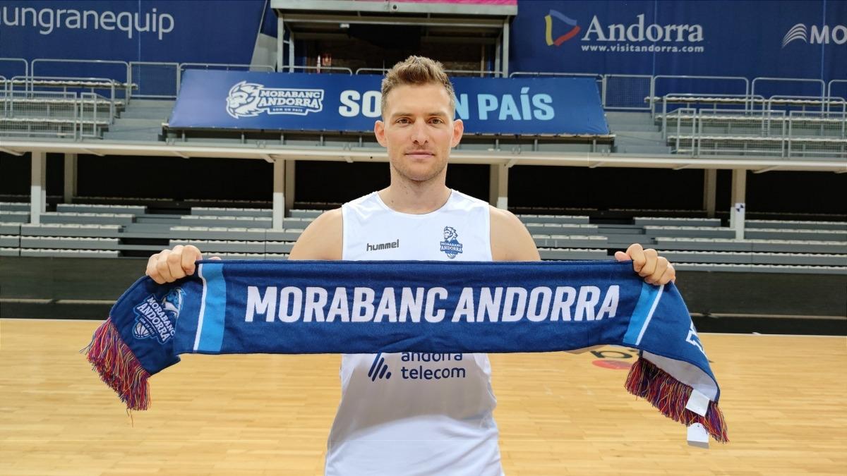 Gal Mekel, amb la bufanda del MoraBanc. Foto: Twitter BC MoraBanc