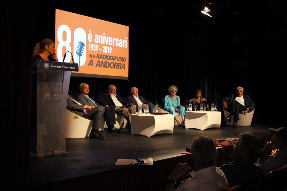 La taula rodona va reunir un grapat de velles glòries de Radio Andorra i Sud Radio: Jean Clergue, Joan Font, Gualbert Osorio, Agustí Pifarré, Carmen Alonso, Marie Ange Roig i Thierry Bernard.