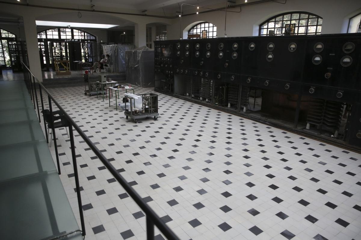 La sala de màquines del primer pis, amb l'emissor SFR del 1939 a punt de rebre els últims calaixos amb els elements ja descontaminats.