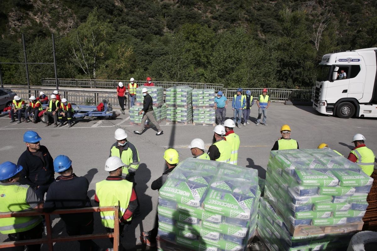 Els treballadors de les obres a l'antic Punt de Trobada, poc després de l'accident.