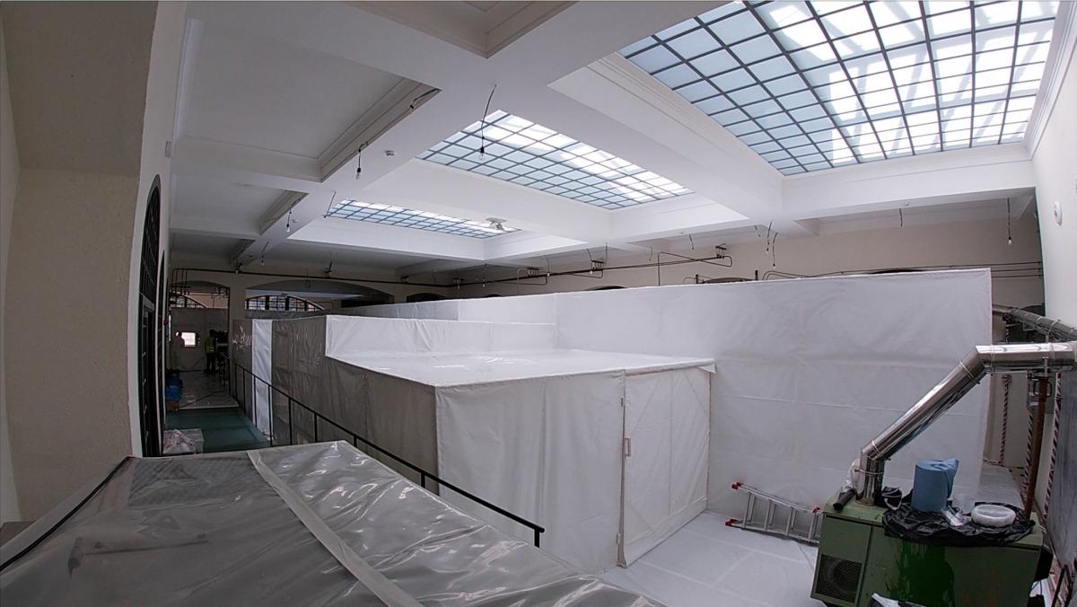 La mateixa sala, al juliol, amb la bombolla que s'hi va haver d'instal·lar per extreure'n l'amiant amb seguretat.