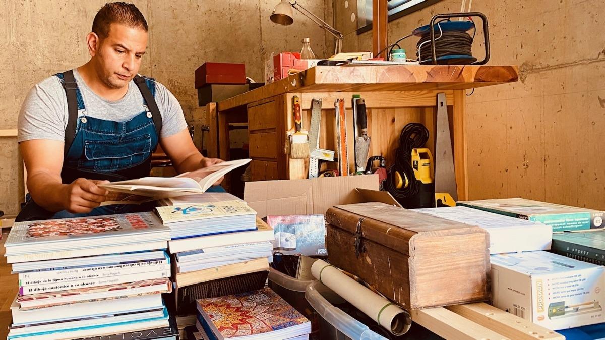 Ahmed Keshta endreçava ahir uns papers al seu estudi d'Engolasters.