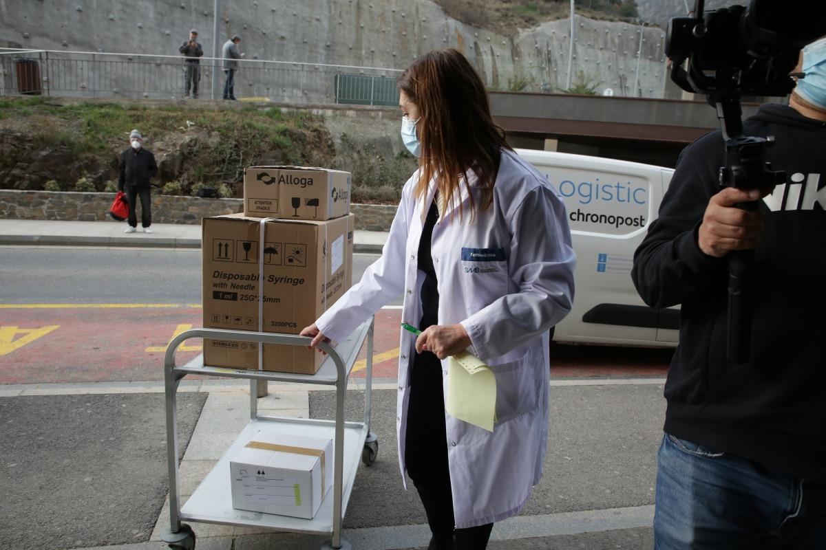 La cap de Farmàcia de l'hospital, Elvira Gea, ha rebut els vaccins procedents de França.
