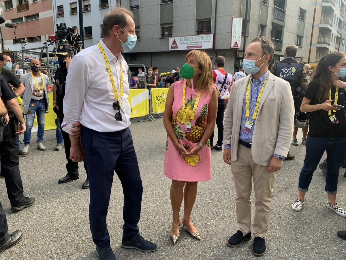 Christian Prudhomme, Conxita Marsol i Xavier Espot xerren al costat de la meta del Tour de França. Foto: Víctor Duaso