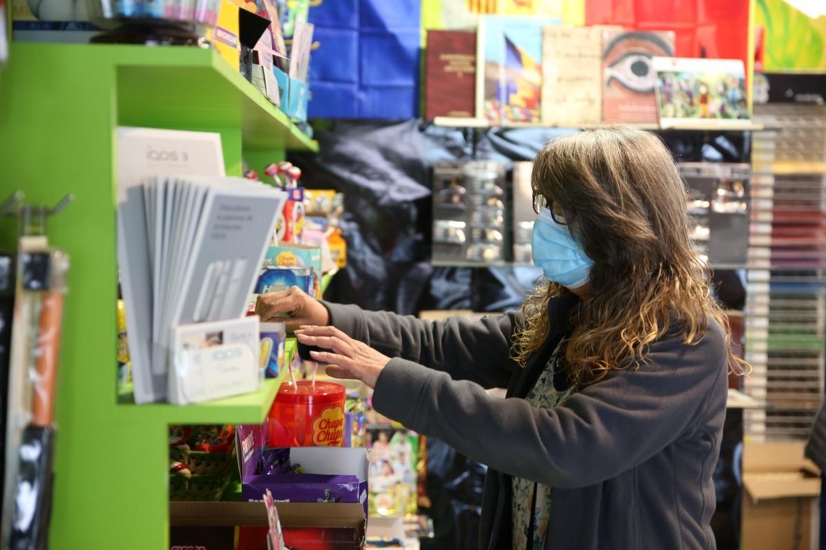 L'Antònia comprova el gènere al quiosc Punt i Ratlla de la plaça de les Arcades, a la capital, que també ahir va tornar a la feina.