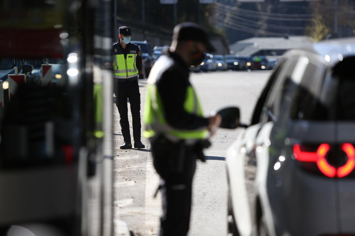 Agents de la policia fan controls als vehicles que creuen la frontera cap a Catalunya.