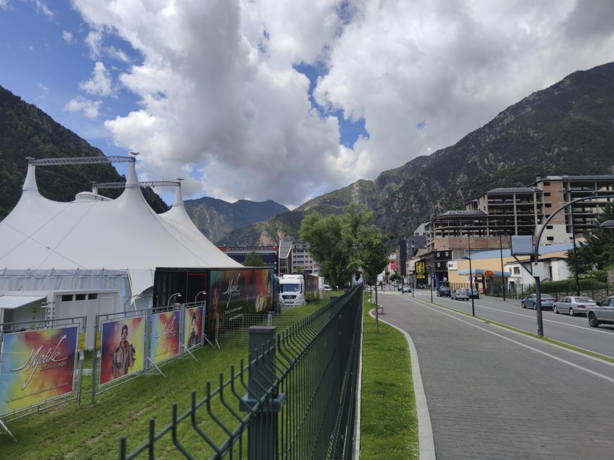 Perspectiva actual de 'Crepuscle', des de l'avinguda d'Enclar de Santa Coloma. L'oli de Mir sembla pintat des de més amunt.