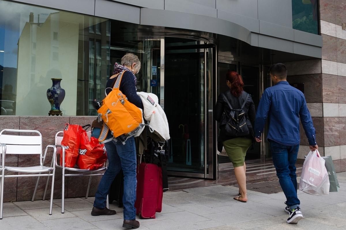 Turistes accedeixen a un hotel del país.