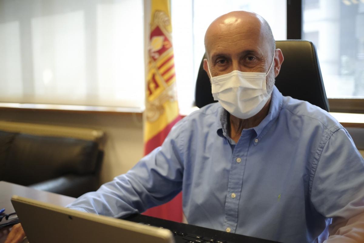 El ministre de Salut, retratat al seu despatx de Clara Rabassa la setmana passada, poc abans de marxar de vacances.