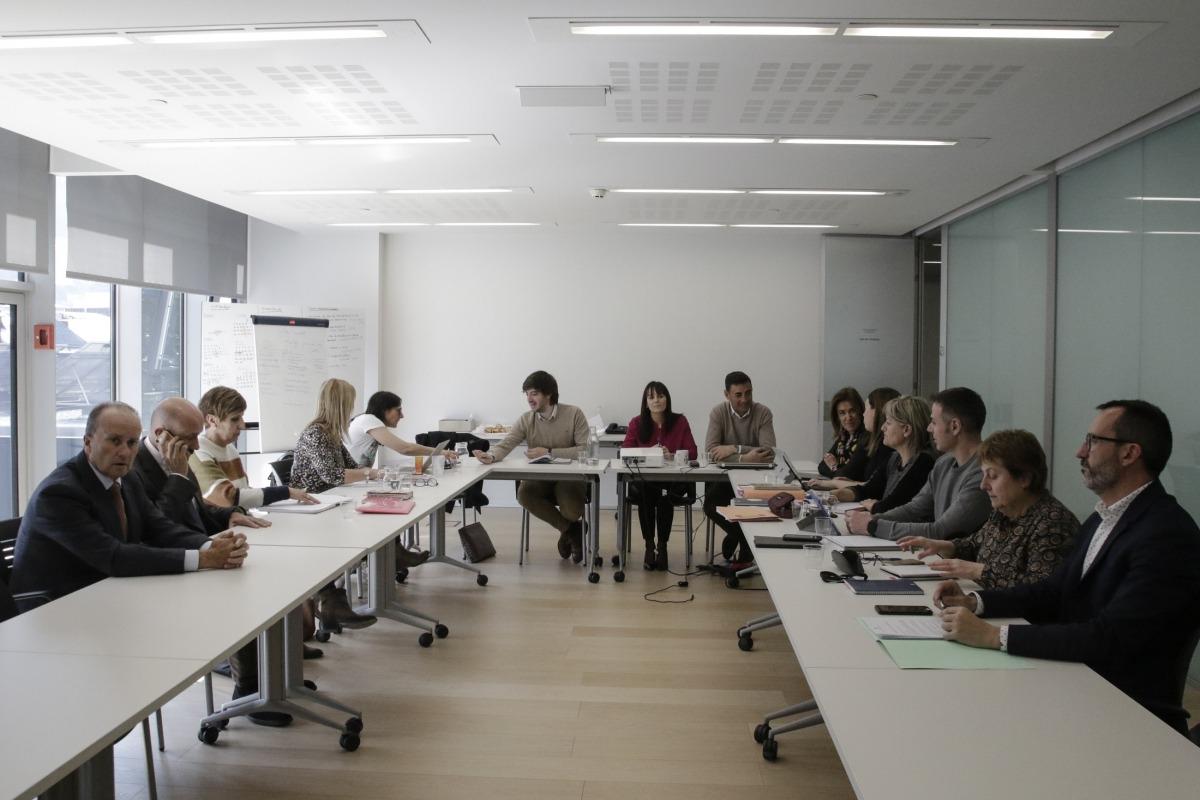 Un moment de la reunió dels representants dels grups de la majoria amb els integrants de la comissió interministerial.