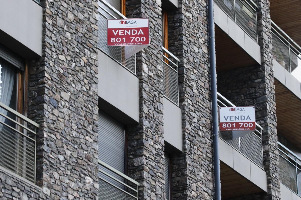 Un edifici d'habitatges destinats a la venda.