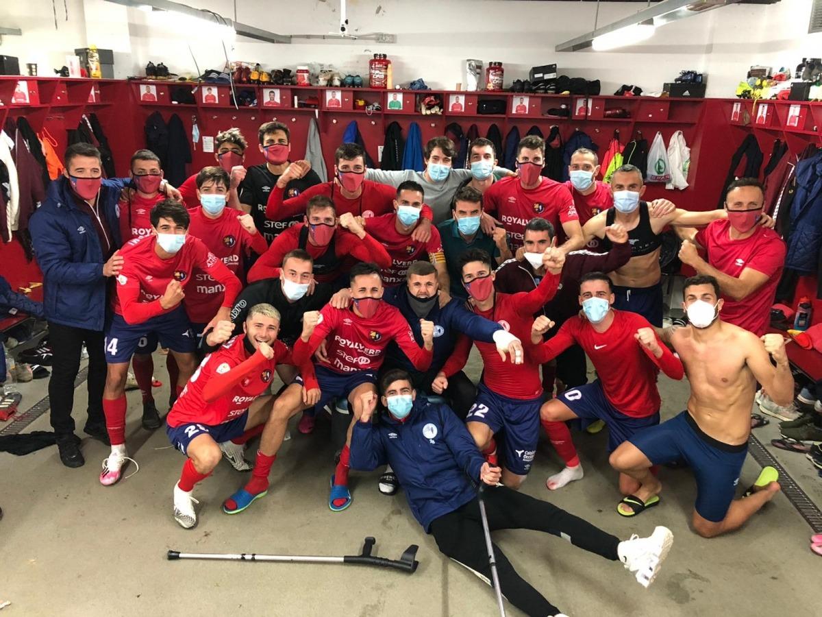 Els jugadors de la UE Olot celebren, alguns amb mascareta, la victòria d'ahir. Foto: Twitter UE Olot