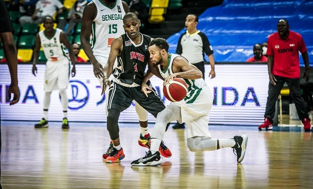 El base Clevin Hannah, amb Senegal, defensat per Victor Maisiba Bosire. Foto: FIBA