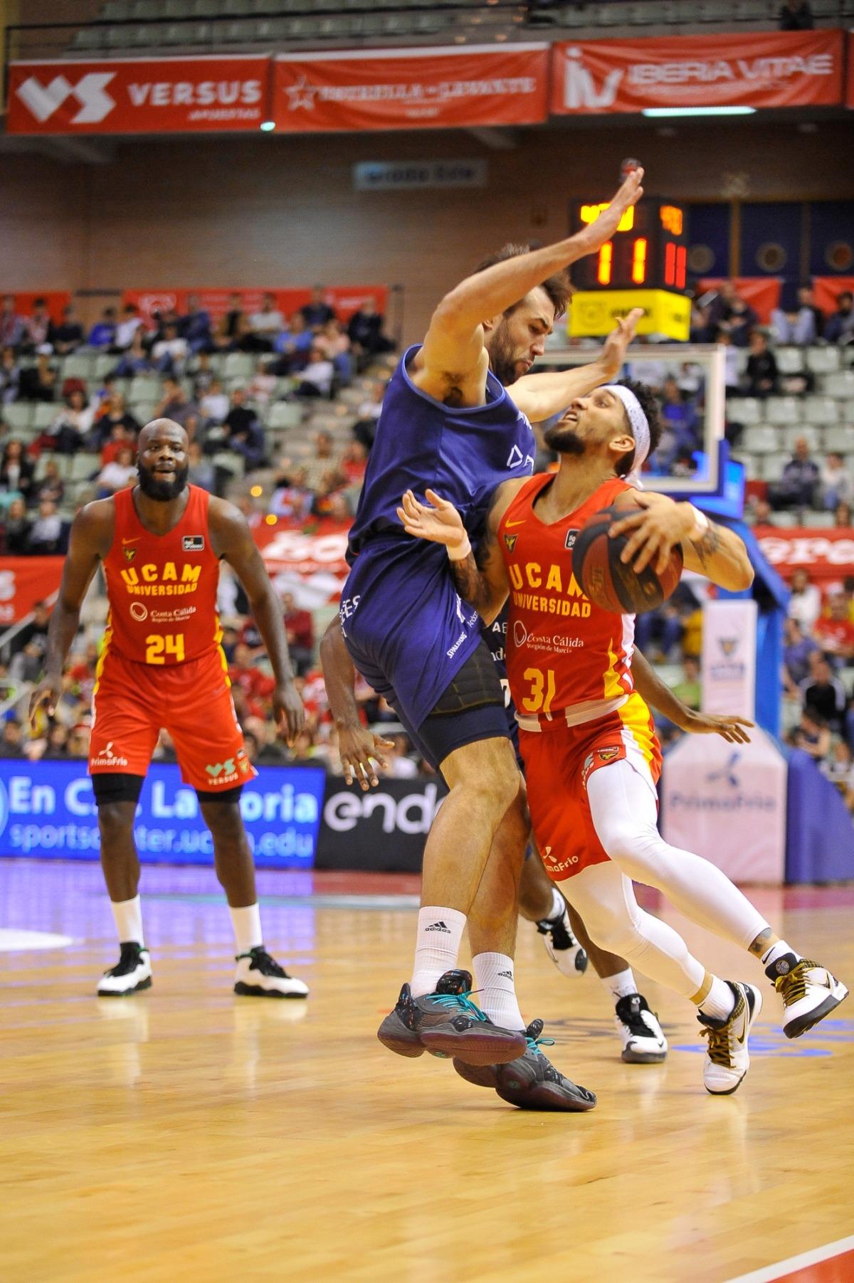 Booker defensat per Llovet, en l'últim partit abans de la pandèmia.