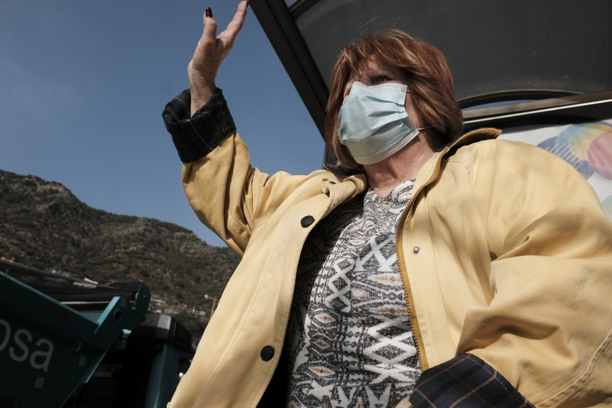 Una usuària del transport públic demanant l'autobús en una parada d'Escaldes-Engordany.