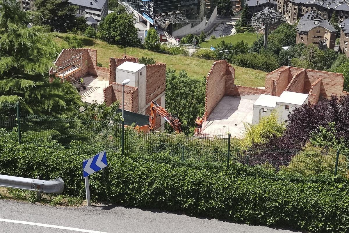 Uns habitatges en construcció a la parròquia d'Encamp.