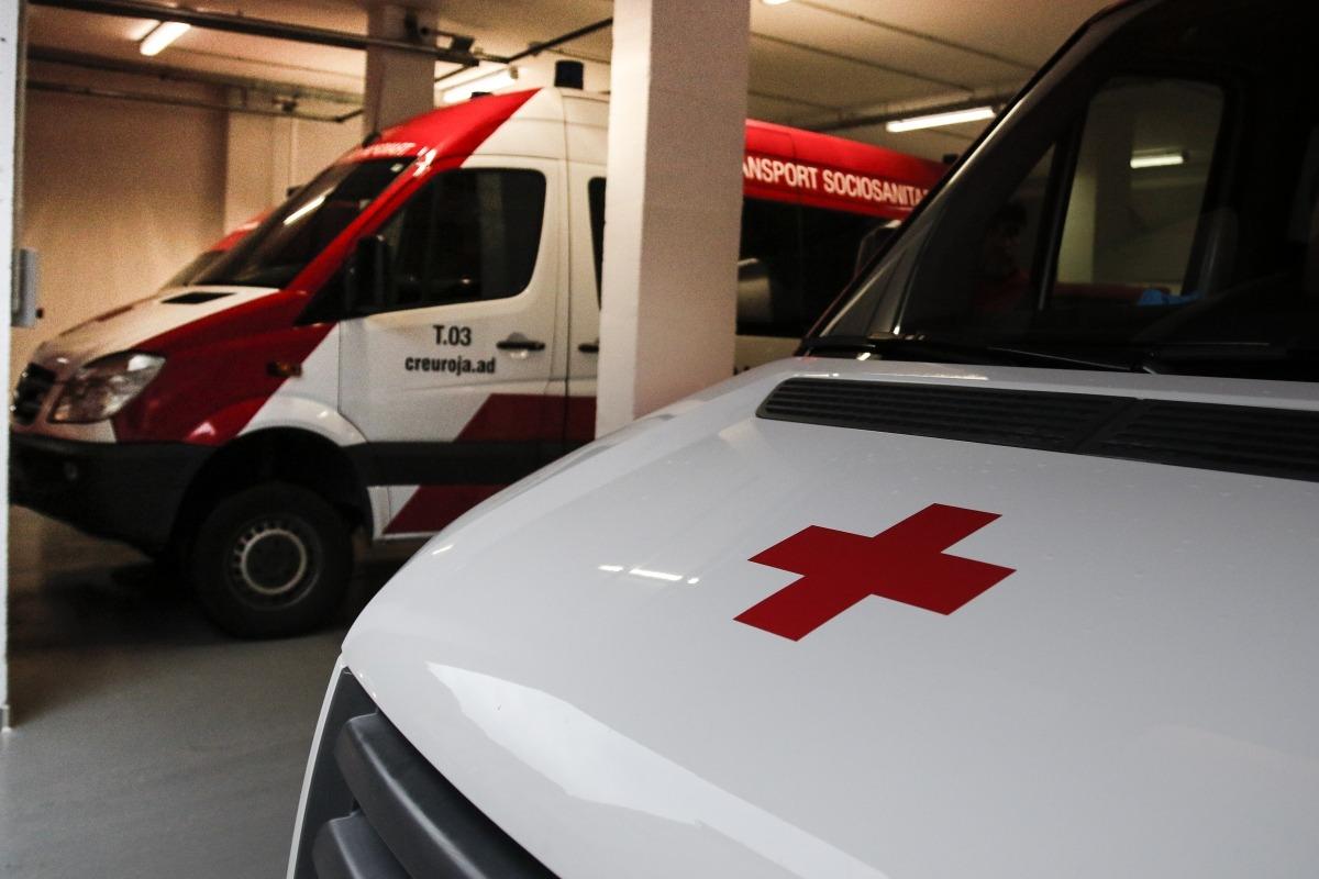 Vehicles de la Creu Roja per dur a terme el transport sociosanitari.