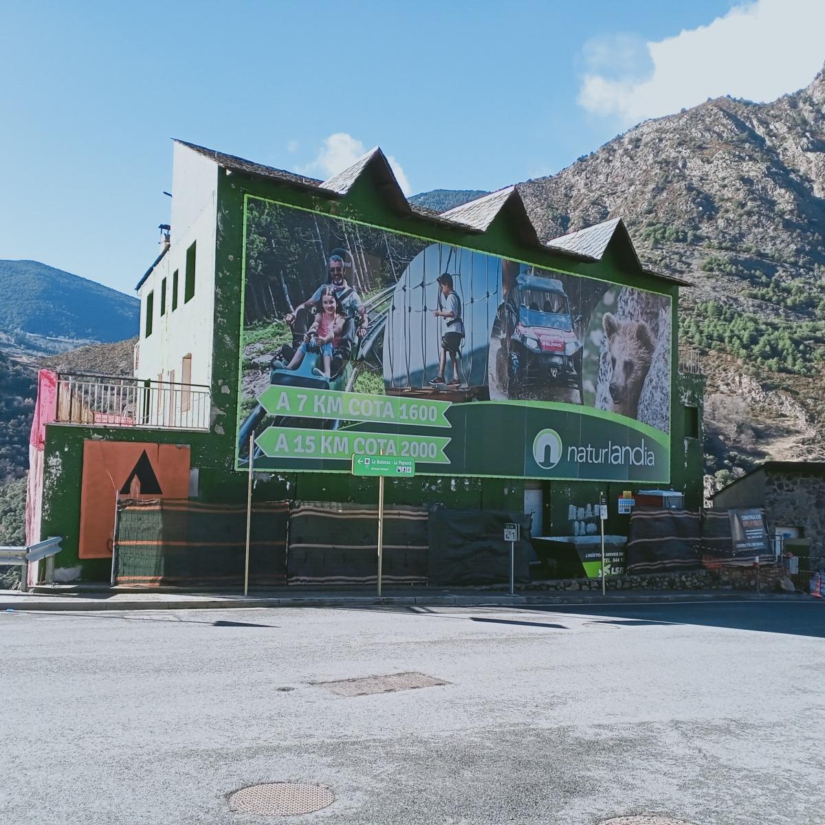 L'antic hotel Bonavista, a la carretera de la Rabassa, avui en rehabiltació.