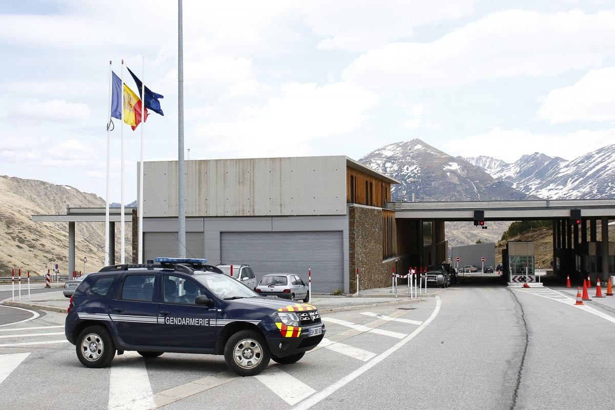 Un vehicle de la gendarmeria a la duana francoandorrana de Porta.