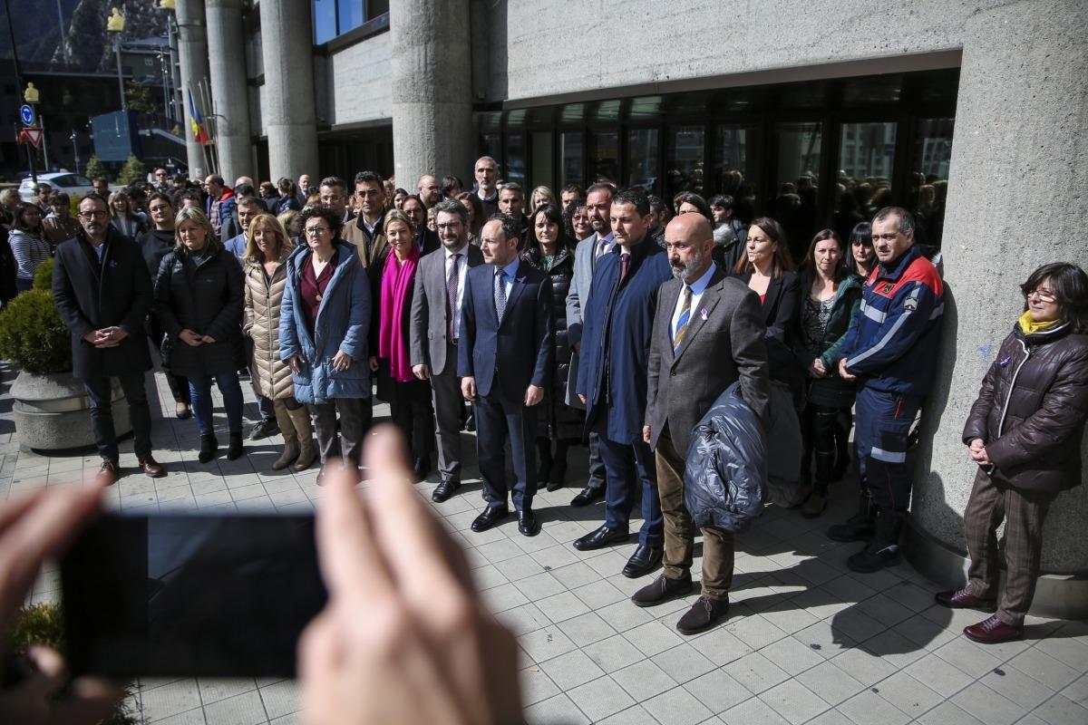 Un moment del minut de reflexió celebrat al davant de l'edifici administratiu del Govern amb motiu del Dia de la dona treballadora.