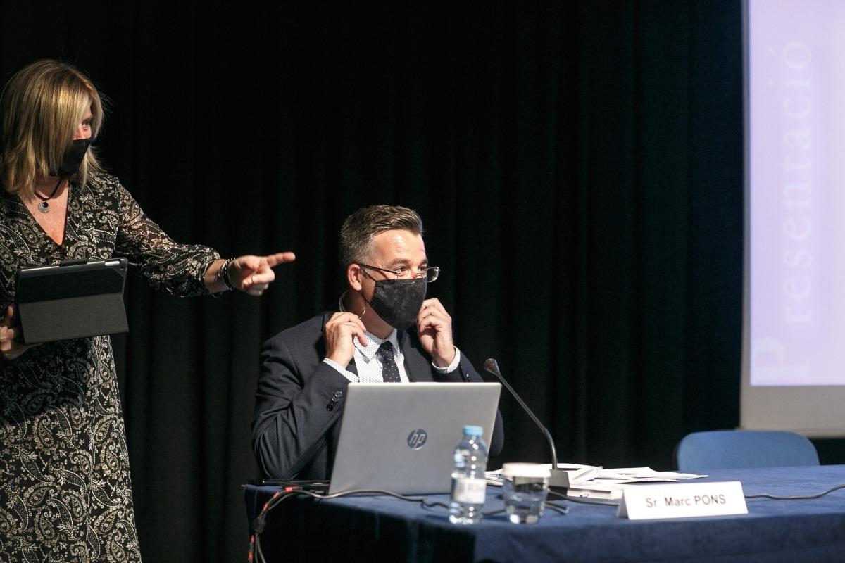 Pons i Mònica Geronés, coordinadora del Llibre Blanc de la Igualtat, en la reunió.