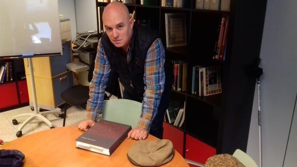 Albert Villaró contempla un exemplar de l'edició del 'Manual Digest' que ell mateix va coordinar.