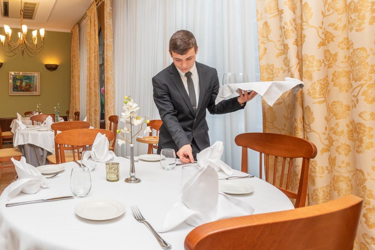 Pol Patau exercint de cap de restaurant a l'hotel Carlemany.