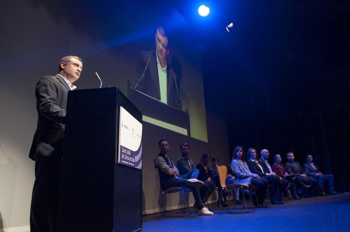 El cap de llista de Terceravia, Josep Majoral, al Claror, amb els membres de la candidatura a l'escenari en una cuidada escenografia.